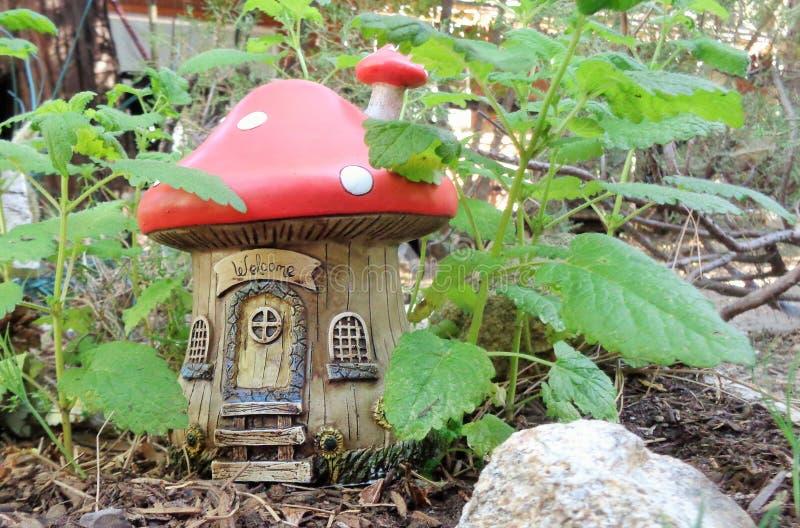 Fée ou Chambre de champignon de jardin d'imagination de Gnome parmi des usines d'officinalis de MELiSSA de Citron-baume photo stock