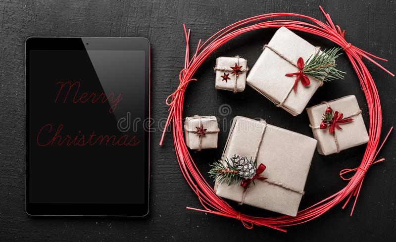 Félicitation pendant des vacances d'hiver, ipad noir pour écrire un message pour votre aimé images stock