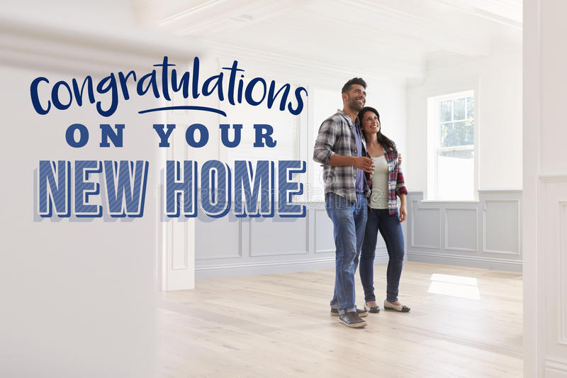 Félicitations sur votre nouvelle maison Couples déménageant dedans images libres de droits