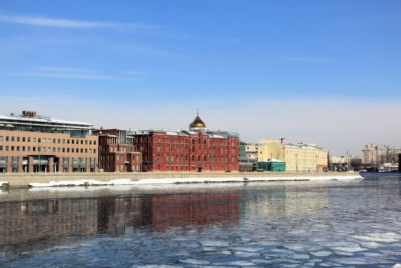 Férias da primavera no rio de Moscou fotografia de stock