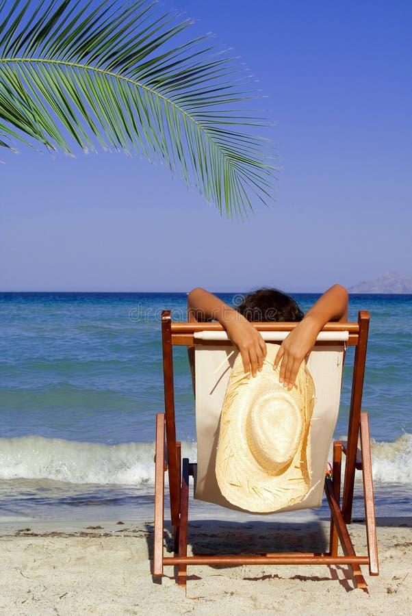 Férias de relaxamento da praia do verão imagens de stock royalty free