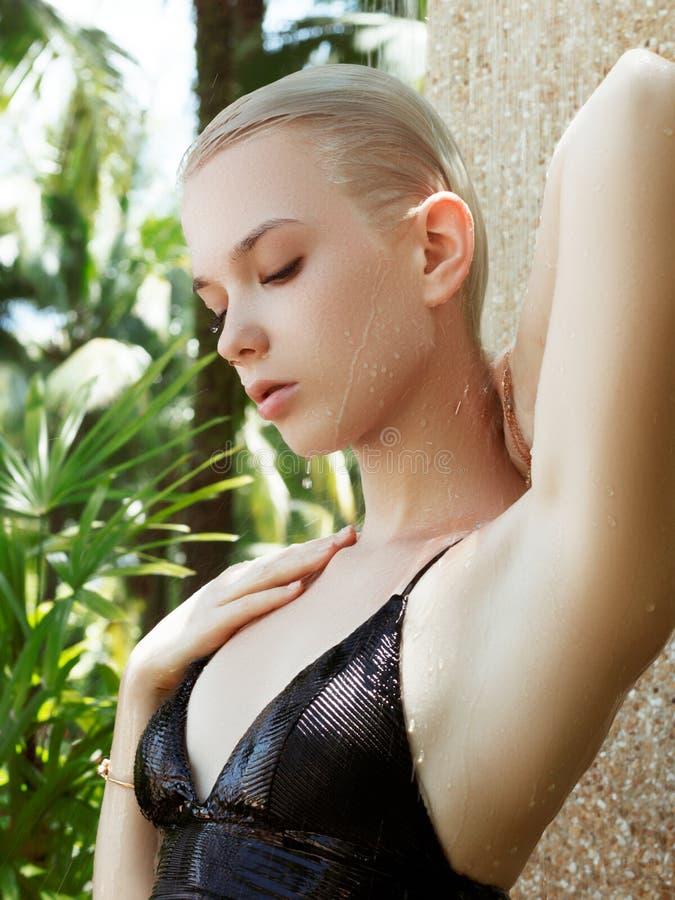 Férias de verão à moda bonitas novas da mulher em Tailândia, fundo tropical, estilo do recurso, tendência da forma feliz, ensolar fotografia de stock