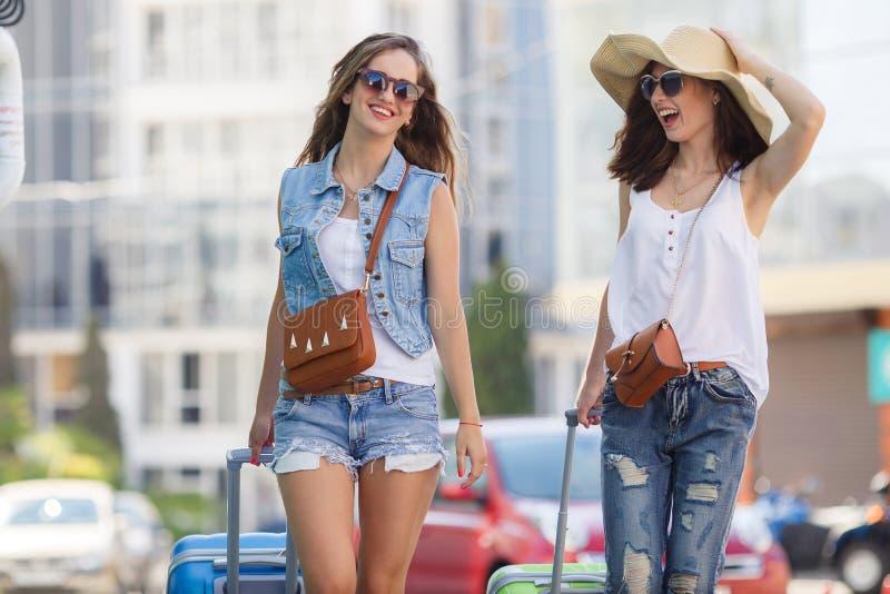 Férias de verão às mulheres bonitas que viajam pelo carro fotos de stock royalty free