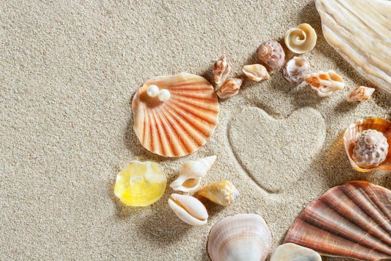 Férias de verão brancas da cópia da forma do coração da areia da praia fotos de stock
