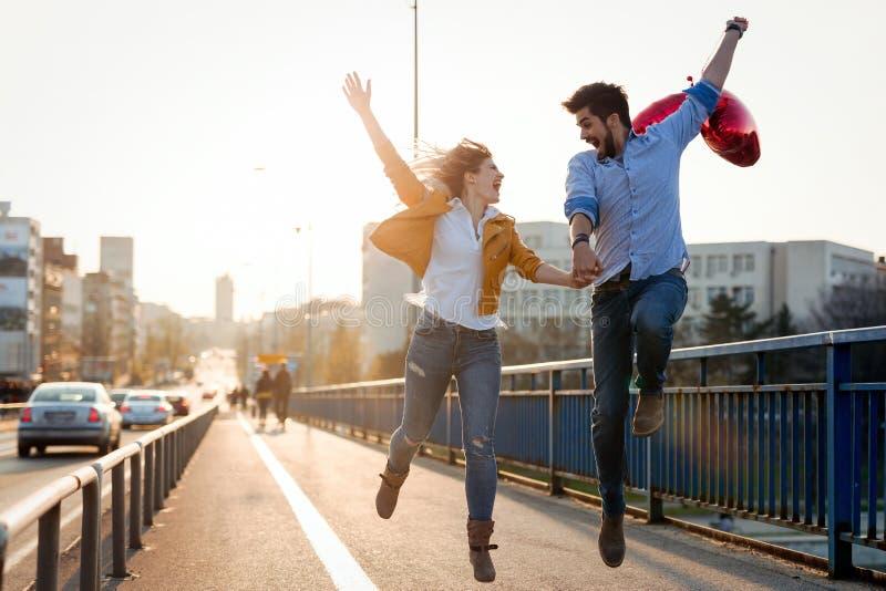 Férias de verão, celebração e conceito datar - par feliz imagens de stock