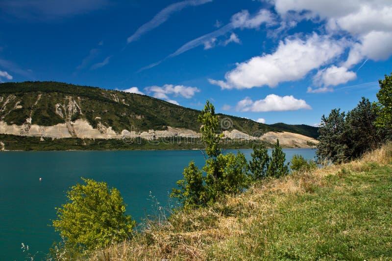 Férias de verão da despesa que caminham na paisagem colorida cênico com lago de turquesa e o céu azul foto de stock