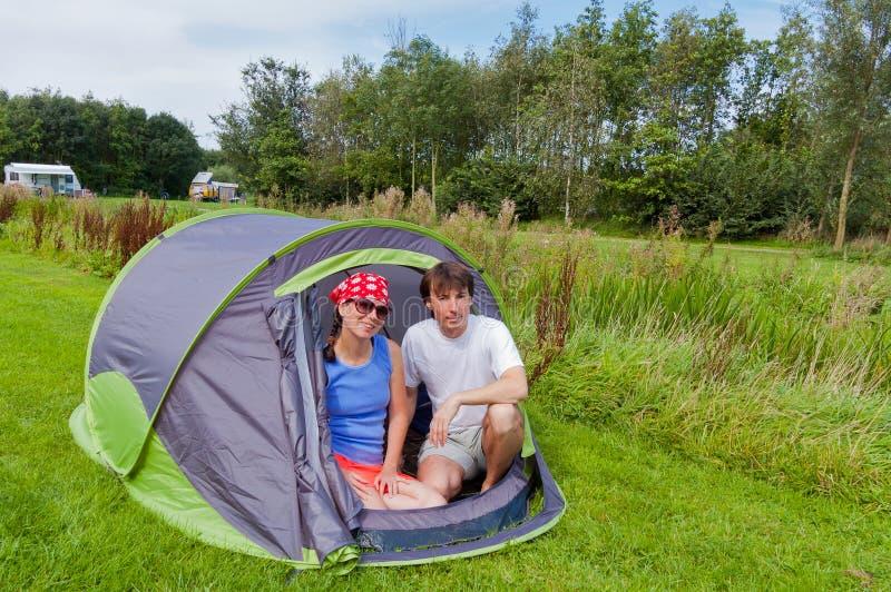 Férias de verão da família no acampamento fotos de stock royalty free