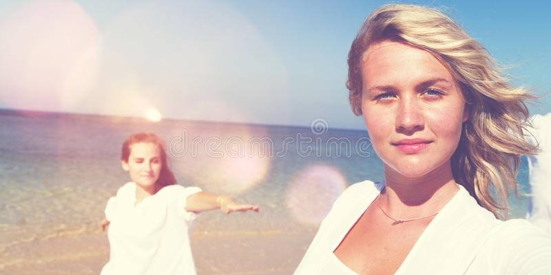 Férias de verão do abrandamento da praia que levantam o conceito fotos de stock
