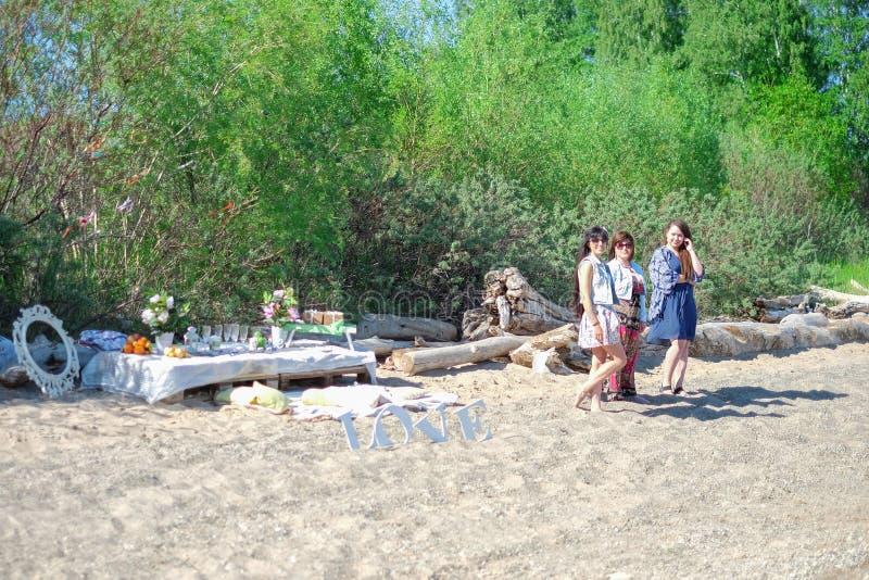 Férias de verão e férias - grupo de meninas que relaxam na praia imagens de stock