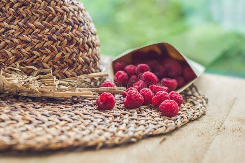 Férias de verão, férias, conceito do abrandamento Framboesas, palha imagens de stock royalty free