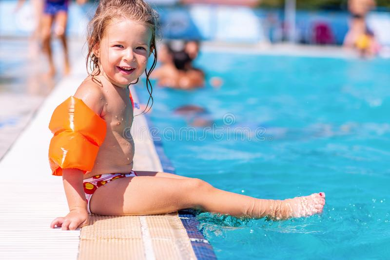 Férias de verão - menina feliz que tem o divertimento em uma piscina fotos de stock royalty free