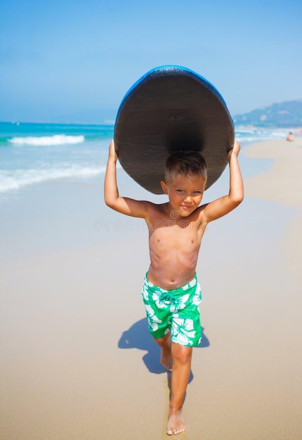 Férias de verão - menino do surfista. fotografia de stock royalty free
