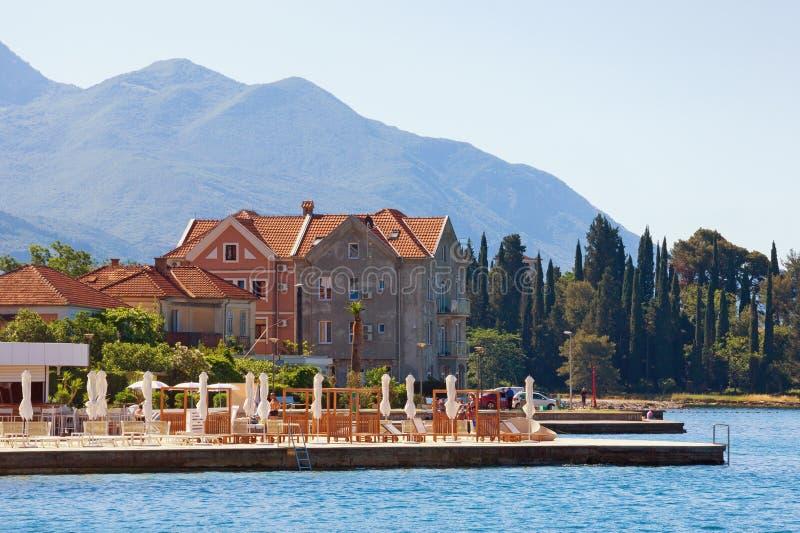 Férias de verão Montenegro, vista da baía do mar de KotorAdriatic, cidade de Tivat fotografia de stock