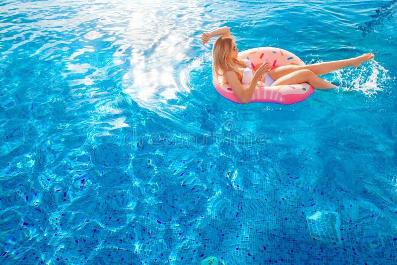 Férias de verão Mulher no biquini no colchão inflável da filhós na piscina dos TERMAS imagens de stock