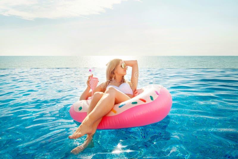 Férias de verão Mulher no biquini no colchão inflável da filhós na piscina dos TERMAS fotos de stock royalty free