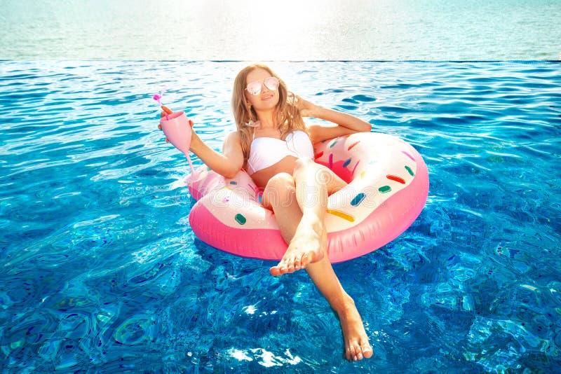 Férias de verão Mulher no biquini no colchão inflável da filhós na piscina dos TERMAS Curso ao resto do mar fotos de stock royalty free