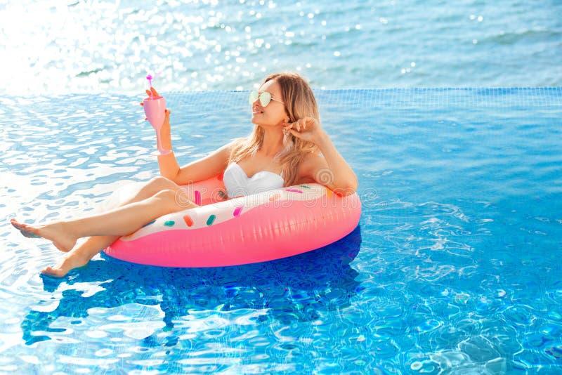 Férias de verão Mulher no biquini no colchão inflável da filhós na piscina dos TERMAS Curso na praia Sea fotos de stock royalty free