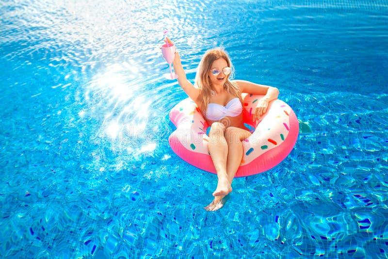 Férias de verão Mulher no biquini no colchão inflável da filhós na piscina dos TERMAS Praia no mar azul fotografia de stock royalty free