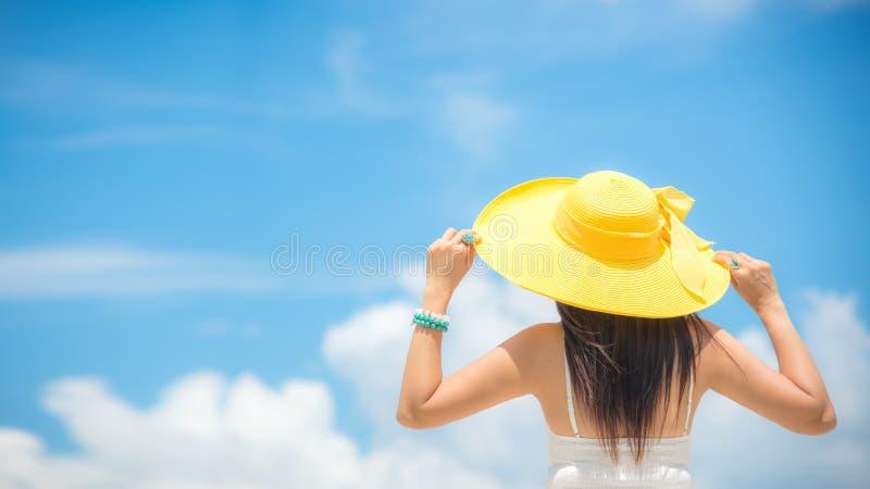 Férias de verão Mulheres asiáticas de cheiro que relaxam fotografia de stock