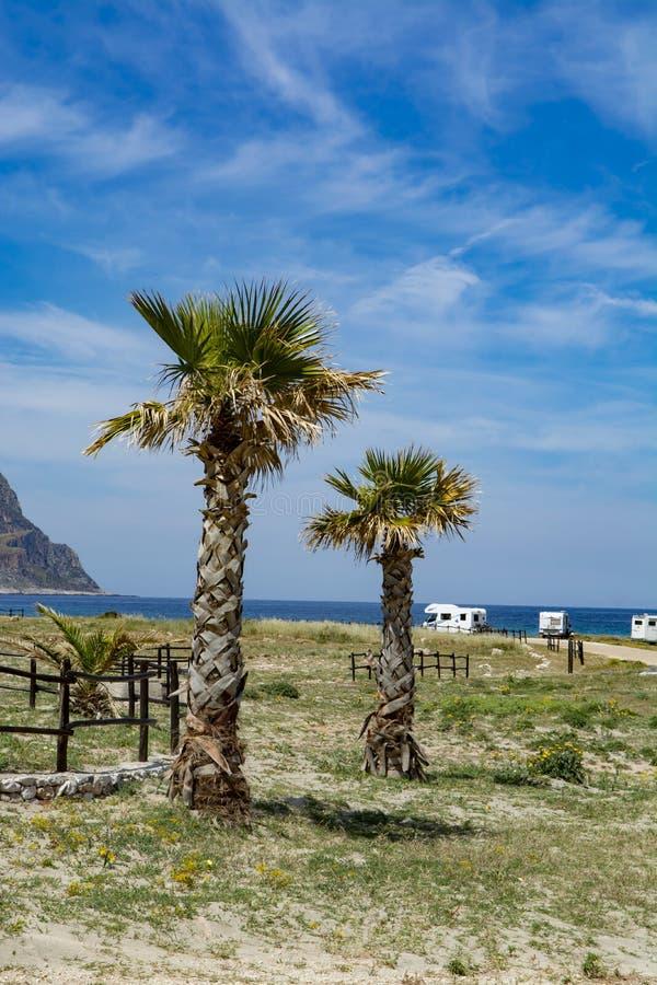 Férias do campista, da roulotte ou da caravana, estacionamento livre da praia com palmeiras e mar azul fotografia de stock royalty free
