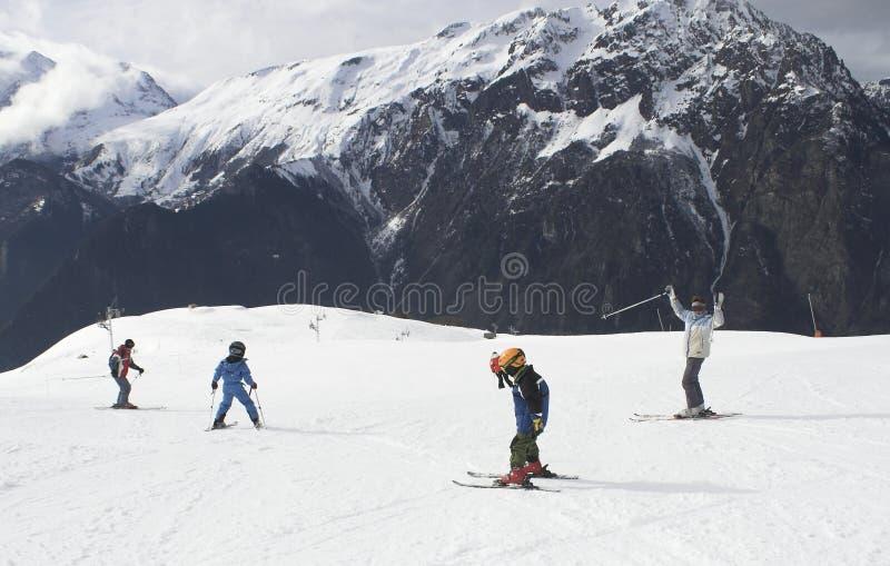 Férias do esqui da criança em Alpes imagens de stock royalty free