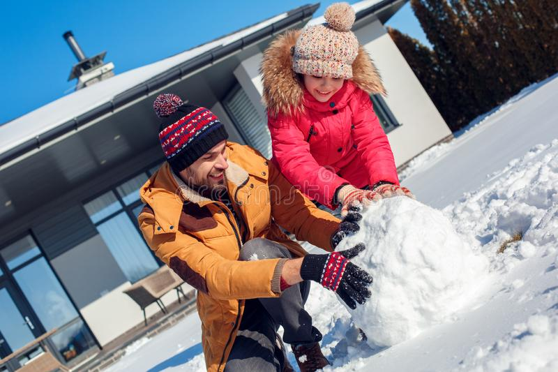Férias do inverno Ar livre do tempo da família perto da bola de neve do rolamento da mangueira para o close-up alegre junto de so imagens de stock royalty free