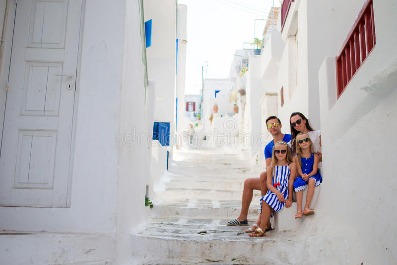 Férias em família em Europa Pais e crianças na rua da vila tradicional grega típica na ilha de Mykonos, em Grécia fotografia de stock