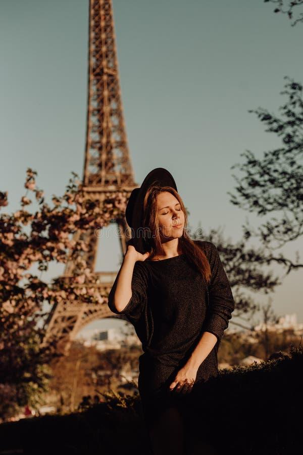 Férias em Paris Menina afortunada perto da torre Eiffel fotografia de stock