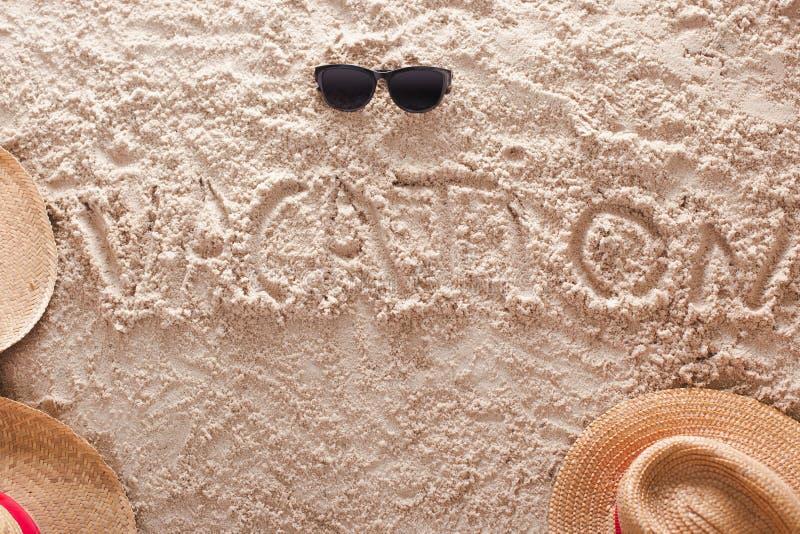 Férias escritas em uma praia tropical arenosa fotografia de stock
