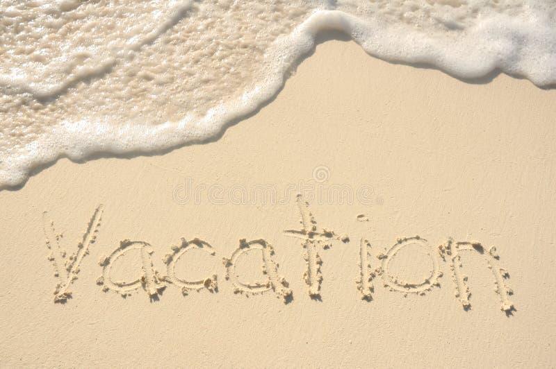 Férias escritas na areia na praia fotos de stock royalty free
