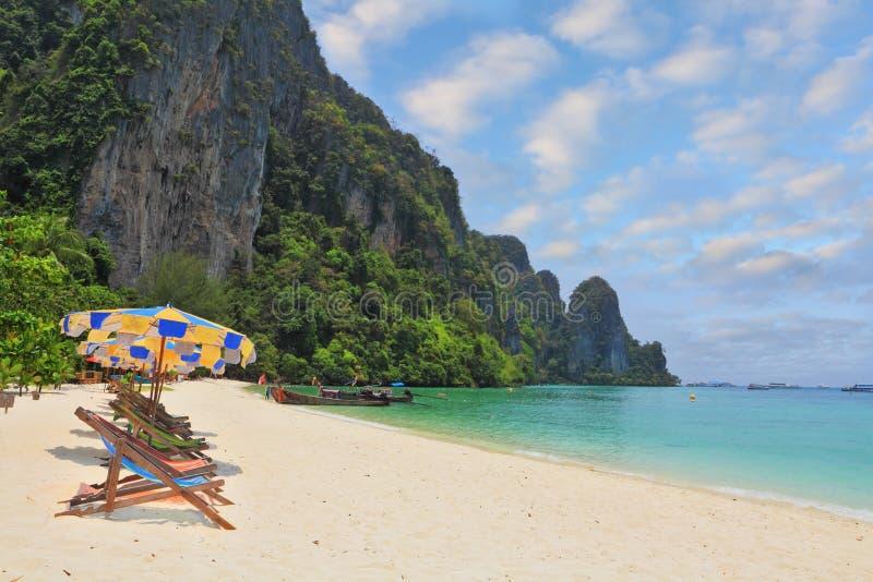 Os guarda-chuvas de praia e as camas do sol foto de stock