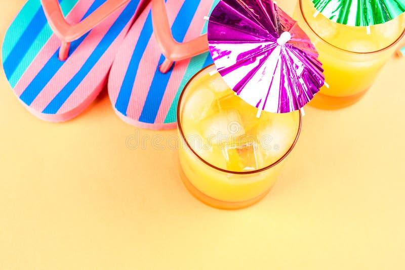 Férias no conceito da praia com cocktail do verão imagens de stock royalty free