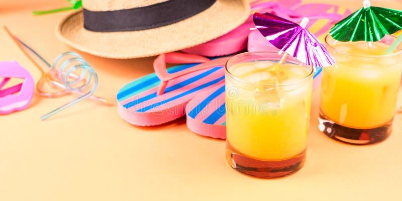 Férias no conceito da praia com cocktail do verão imagens de stock