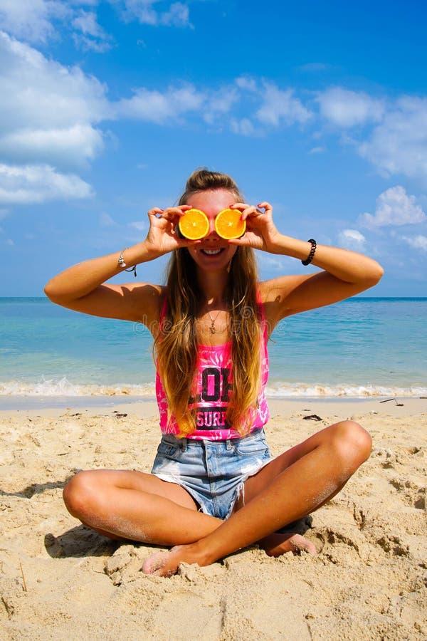 Férias perfeitas Mulher nova na praia do console de Formentera Modelo engraçado bonito novo que guarda alaranjado nos olhos diant fotografia de stock