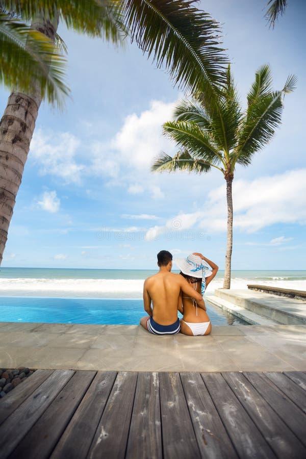 Férias românticas dos amantes em uma praia tropical fotos de stock