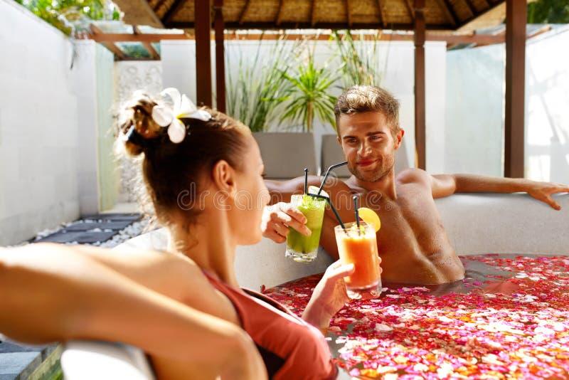 Férias românticas Pares no amor que relaxa em termas com cocktail fotografia de stock royalty free