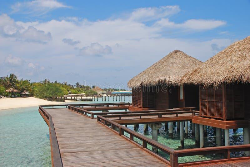 Férias tropicais ideais da ilha no bungalow de madeira tradicional de Overwater fotografia de stock royalty free