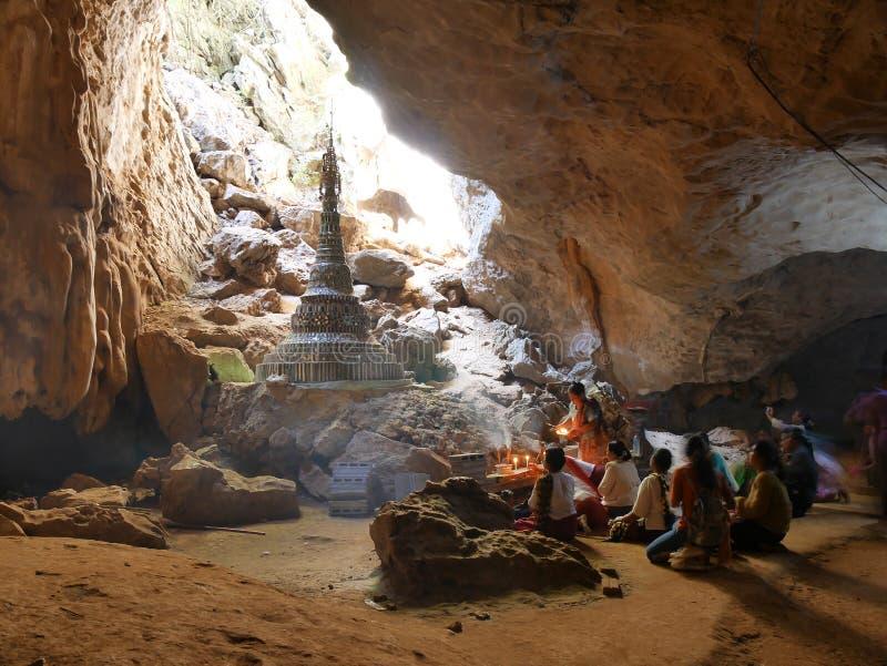 4 février 2017, caverne de Saddan, Hpa-an Myanmar - personnes de prière i images stock