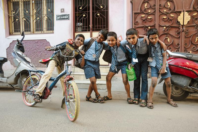 23 février 2018 Madurai, Inde, les élèves indiens badine la pose dedans dehors image stock