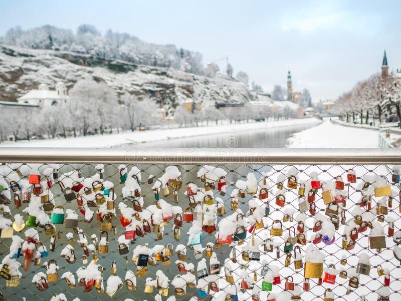 13 février 2018, Salzbourg Autriche, clé de verrouillage de saison d'hiver de neige de paysage des couples sur le pont image stock