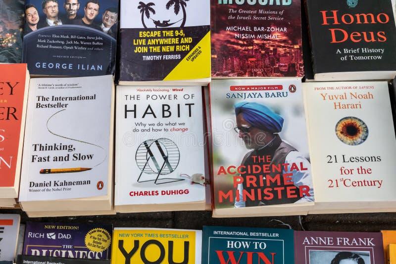 Février 2019 stalle de livre de rue à la porte d'église, Mumbai, Inde Février 2019 image libre de droits