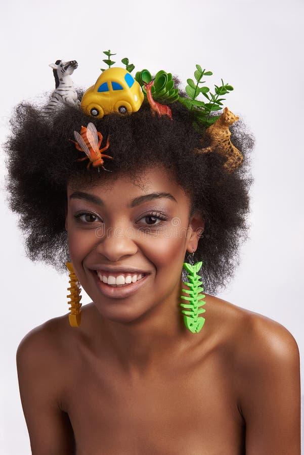 Fêmea étnica nova de sorriso no penteado do safari foto de stock