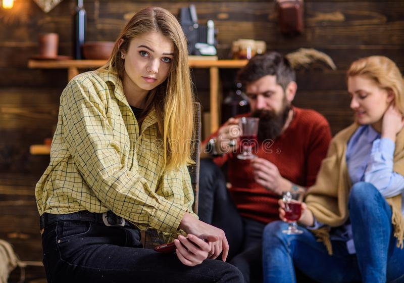 Fêmea adolescente com os olhos tristes que sentam-se apenas, crescendo acima o processo, auto que encontra, conceito da solidão M imagem de stock