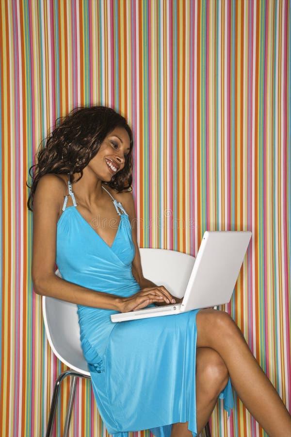 Fêmea adulta com portátil. fotografia de stock
