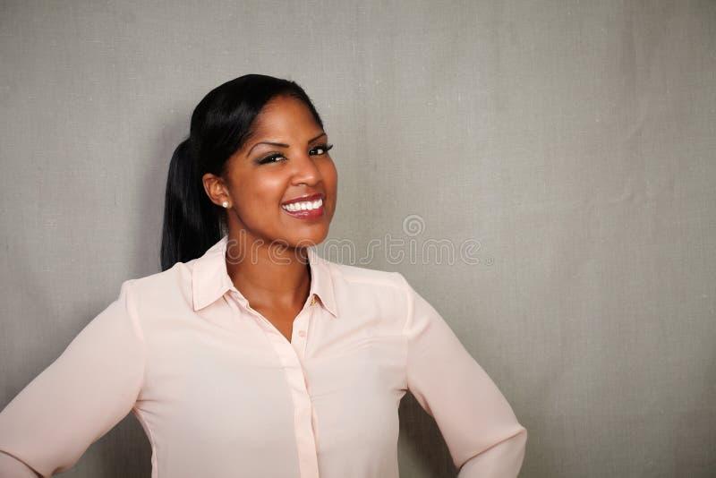 Fêmea africano bem vestido olhando a câmera fotos de stock royalty free