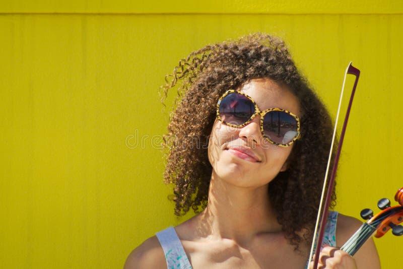 Fêmea afro-americano com óculos de sol que sorri na câmera imagens de stock