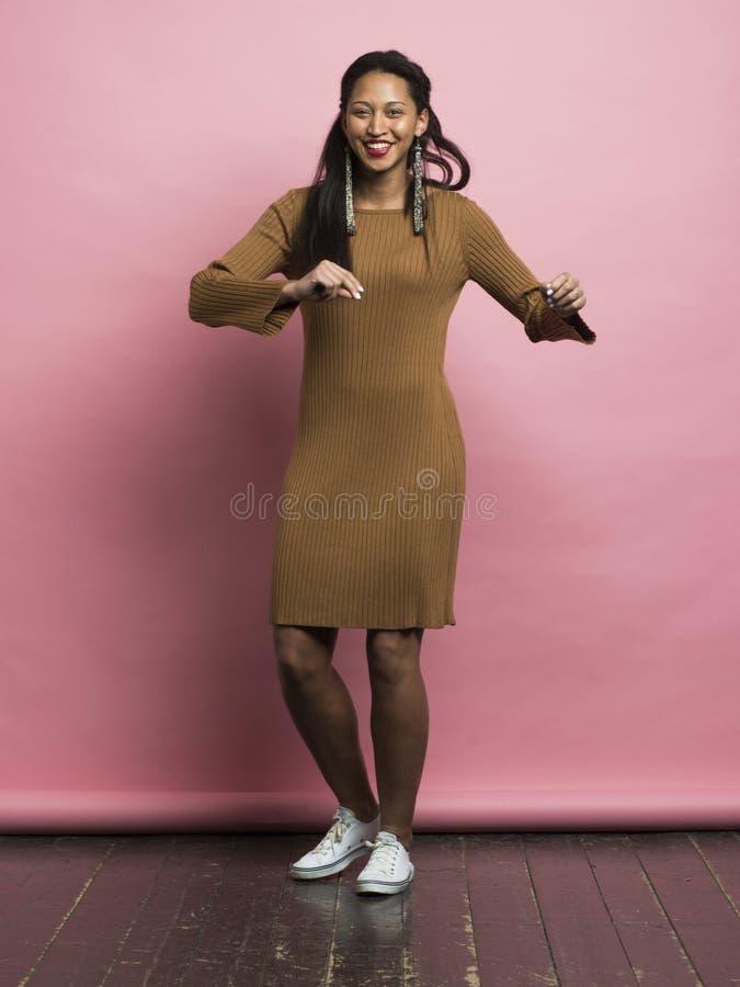 Fêmea afro-americano nova da dança feliz fotos de stock royalty free