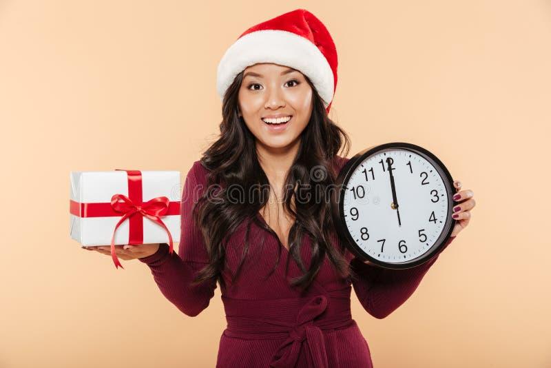 Fêmea alegre no chapéu vermelho de Santa Claus que comemora a véspera de ano novo fotos de stock