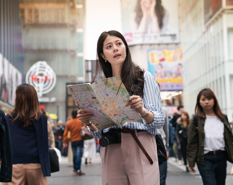 Fêmea asiática confundida e parecida perdida imagens de stock royalty free