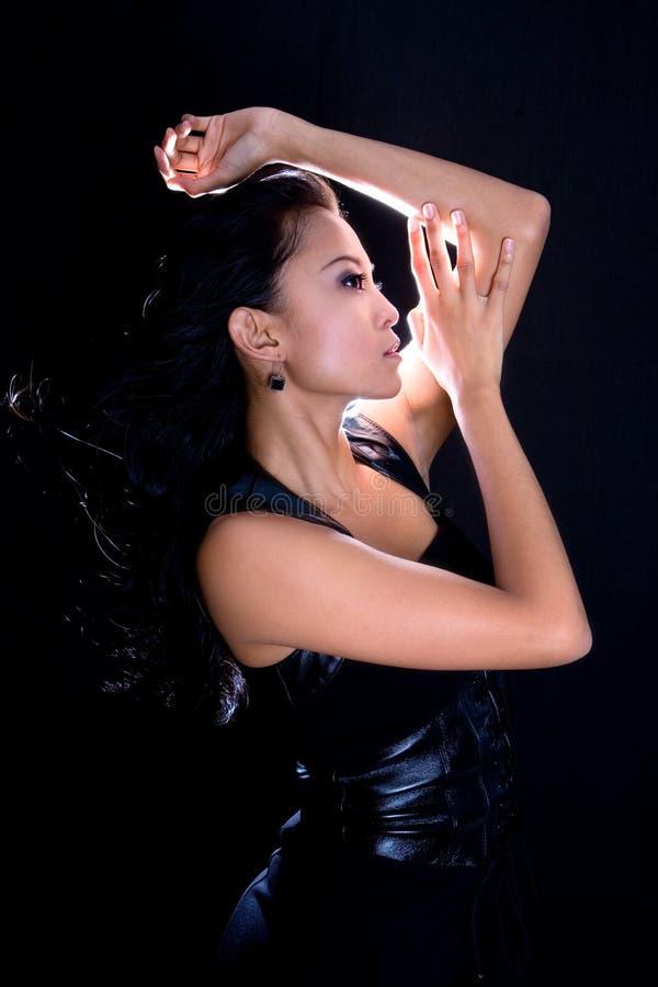 Fêmea asiática da forma no vestido de couro preto imagens de stock royalty free